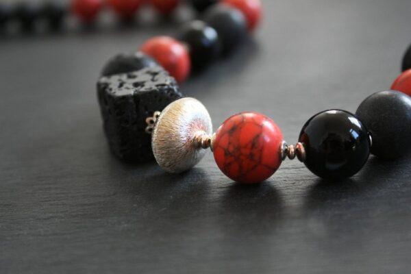 Collier....Lady in  in red & schwarze Lava